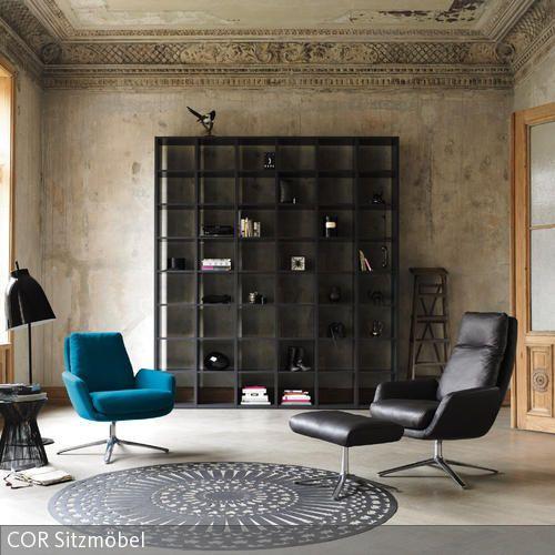 """Der türkisfarbene Designer-Sessel """"Cordia"""" vom Designer-Duo Jehs & Laub ist die Seele des Raumes. Vor dem Hintergrund unverputzter Wände mit aufwändigem …"""