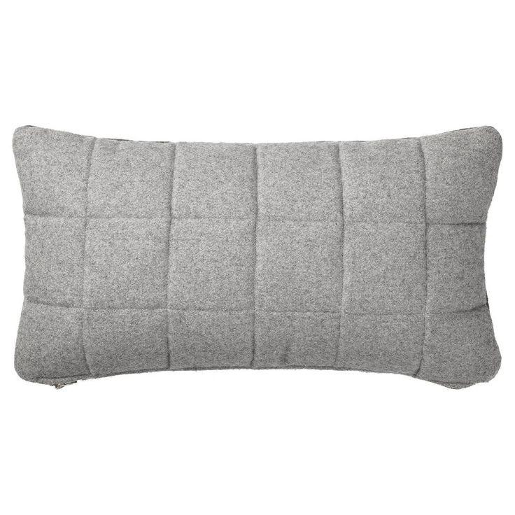 Dit sierkussen heeft een grijze kleur en is gemaakt van stof. Het kussen is 60 cm breed en 30 cm hoog.