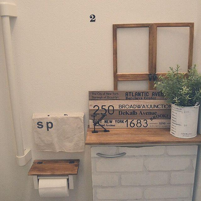 我が家のトイレ* 工夫したところ 真っ白い備え付けの棚に、扉には壁紙屋本舗のレンガの壁紙を貼り、上にはダイソー木材にワトコオイルを塗って並べました。 もちろん修復可能hanaporoさんの、バス/トイレ,トイレ,salut!,メゾネット,いなざうるす屋さん,セリアリメイク,ダイソー木材,壁紙屋本舗さん,賃貸でもかわいく,squ+ウォールステッカー,のお部屋写真