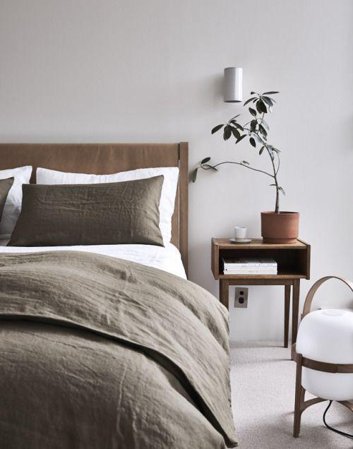 Minimalist bedroom with bold tones #bedroom #bedroom #interiordesign #design ideas #bedroominspiration