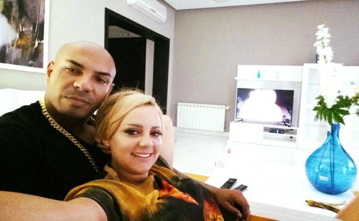 La chanteuse tunisienne Manel Amara aposté une photo d'elle sur sa page Facebook avec le rappeur tunisien k2rhymlaissant croire que c'estl'identité de son futur époux. Alors s'agit-il vraiment d'une vraie info ? ….. mais non !!! c'est seulement un coup de comlancer par Miss Manel Amara. La photos de Manel Amara et k2rhym a engendré …