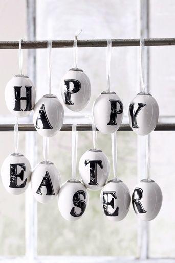 DIY paasei versieren. Schrijf een tekst op de eieren (even vooraf leegblazen en je kunt ze zoals op de foto ophangen als versiering). Of wel gekookt en in een eierdop, voor ieder kind met zijn of haar voorletter!