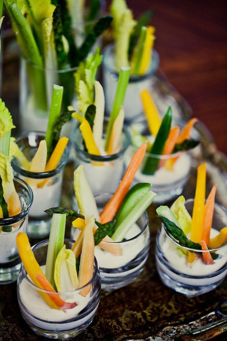 Gemüse-Sticks mit Soße als kalte Vorspeise im Glas