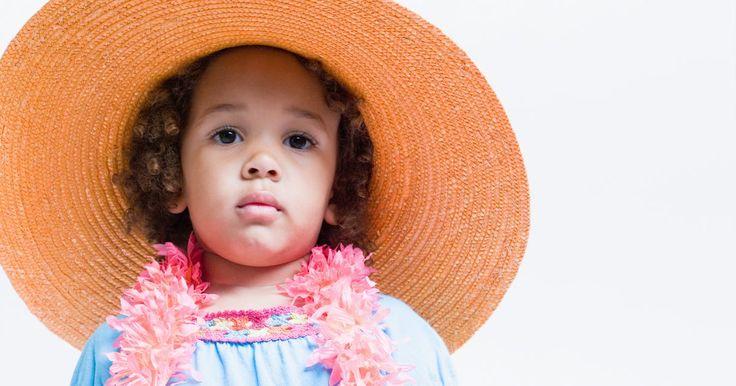 Cómo hacer un sombrero reciclado. Las cajas, botellas, latas, lonas: con un poco de ingenio se puede hacer un sombrero de muchas cosas. Ya sea que tu meta sea protegerte del sol, mantener la cabeza caliente o sólo por moda, hacer un sombrero reciclado es bueno para ti y para la tierra. Los materiales reciclados pueden ofrecer todo el diseño con un poco de trabajo. En el ejemplo ...