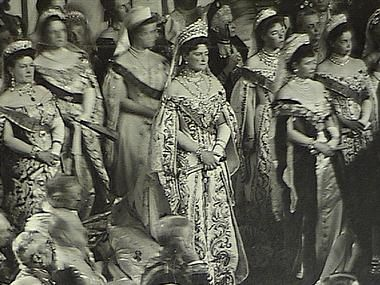 Nicola II legge il discorso del trono 1906. Assiste l'Imperatrice Alessandra Feodorovna tra  la Granduchessa Maria Pavlovna e la Imperatrice Madre Maria con le due sue figlie