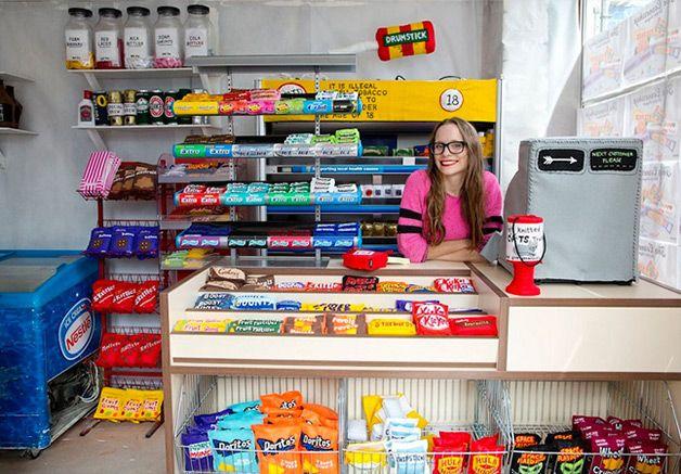 The Cornershop.A obra de arte numa rua tranquila de Londres reúne todos os itens básicos de uma loja, como latas de feijão, biscoitos, batata chips e até mesmo algumas revistas, tudo feito à mão, em feltro.