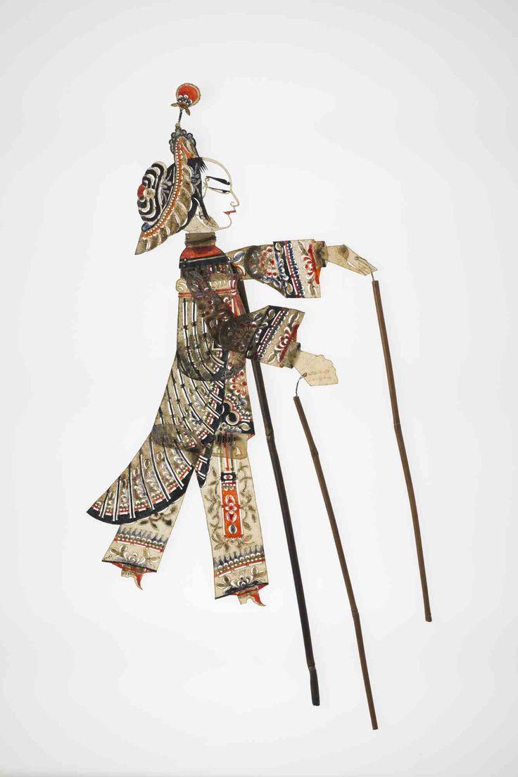 Figur einer Kriegerin, aus der Provinz Sichuan. Frühes 20. Jh., farbiges Pergament. Copyright: Linden-Museum Stuttgart, Foto: A. Dreyer
