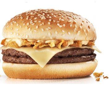 """O Crispy Tasty está de volta! São dois hambúrgueres, queijo emental, cebola crispy e molho big tasty, na promoção """"Grandes Prazeres, Pequenos Preços"""" do McDonald's. Saiba mais no site Arroz de Fyesta."""
