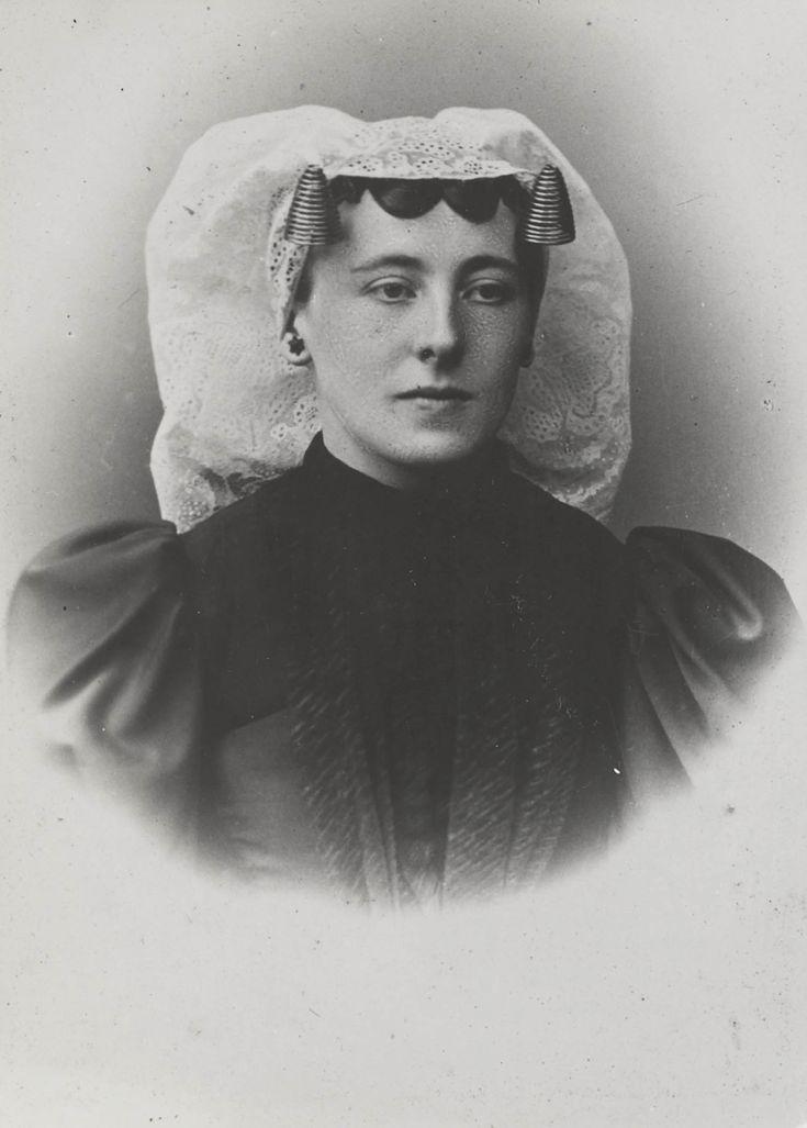 Vrouw uit de omgeving van Klaaswaal, gekleed in de streekdracht van Beijerland. ca 1900 #HoekseWaard #ZuidHolland