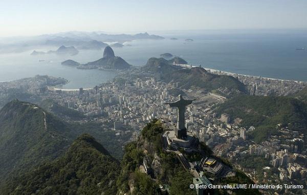 Die zweitgrößte Stadt Brasiliens und zugleich Hauptstadt des gleichnamigen Bundesstaates ist Rio de Janeiro. Bis 1960 war Rio sogar die Hauptstadt Brasiliens. Hier leben rund 13 Millionen Menschen (Nov. 2012). Die 38 Meter hohe Christusstatue auf dem Corcovado, der Zuckerhut sowie der Strand der Copacabana sind die Wahrzeichen Rio de Janeiros. Die Stadt ist zudem berühmt für den jährlichen Karneval von Rio.