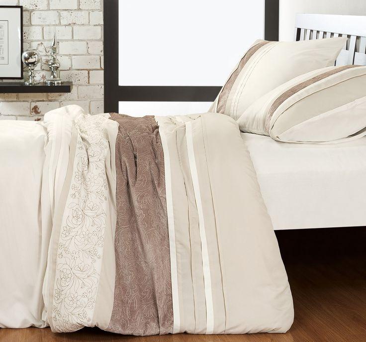 Droom heerlijk weg onder dit Fancy Embroidery Alaya-dekbedovertrek! Dit overtrek zorgt voor een aangename en rustgevende sfeer in je slaapkamer. Het dekbedovertrek heeft een crème en bruine tint met aan de bovenkant een combinatie van horizontale strepen en een bloemenprint. De bijpassende kussenslopen geven het geheel een complete, luxe uitstraling. Het Fancy Embroidery Alaya-dekbedovertrek is gemaakt van 100% Micropercal. Deze stof is strijkvrij, ademend en vochtregulerend. Vanwege de…