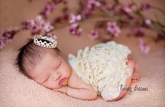 New Born Baby Girl Photo Idea!! So cute