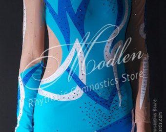 De handgemaakte turnpakje is gemaakt van zwarte & groene stretch lycra, transparante mesh, versierd met pailletten, geschilderd door verf.  Om uw turnpakje helder en aantrekkelijk te maken, raden wij u de keuze uit 1000 elementaire kristallen, maar je kunt ook Swarovski kristallen kiezen voor je jurk.  Het turnpakje kan worden genaaid op je kiest voor een dergelijke vorm van sporten zoals Ritmische Gymnastiek Leotard, Ice Kunstschaatsen Dress, Acrobatische Gymnastiek Gympak, Jumpsuit Cost...