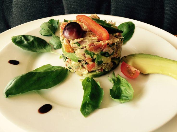Taartje voorgerecht.  #Avocado, #ham, #tomaat, #kruiden, #olijven, #dressing. #gezonde #recepten