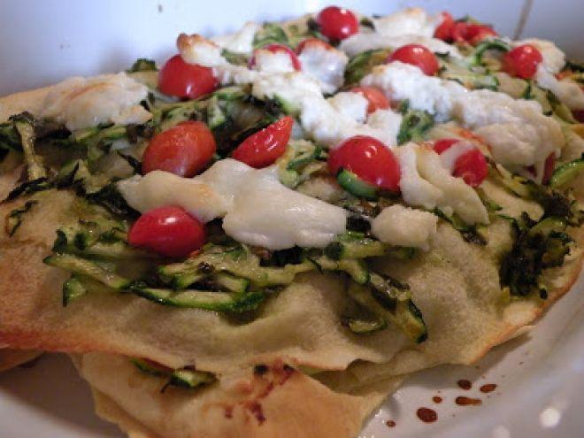 Millefoglie di pane carasau con zucchine, pomodorini e burrata