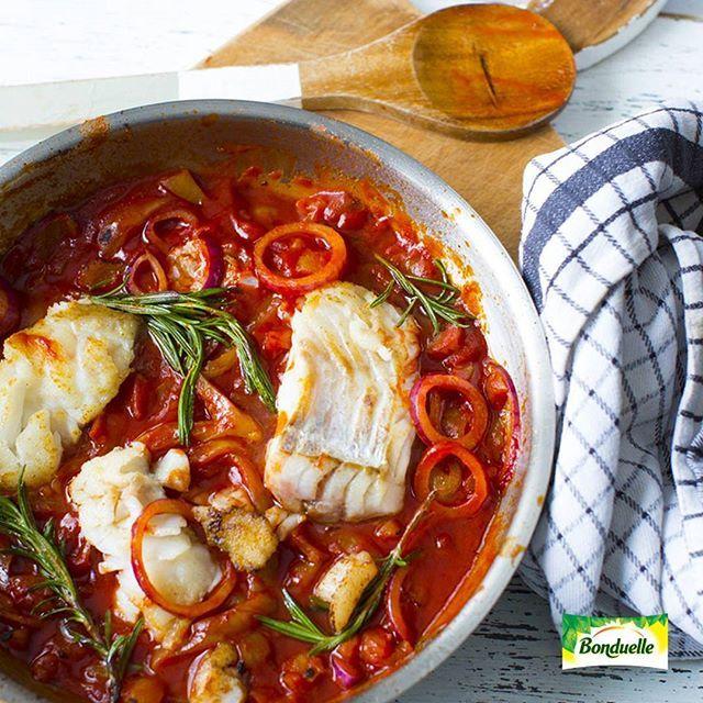 На этой неделе отправляемся в кулинарное путешествие и узнаем, что ставят на рождественский стол в других странах😊 Сегодня - Италия! 🇮🇹На рождество в Италии не едят мясо, поэтому большинство блюд — рыбные. Популярны блюда из трески, угря или окуня, паста с морепродуктами. У нас - треска с лечо и ароматными травами🐟  ИНГРЕДИЕНТЫ: Лечо в густом томатном соусе, Bonduelle 1 банка (550 г) Филе трески 600 г Лук красный 1 шт. Масло оливковое 3 ст. л. Чеснок 3 зубчик Розмарин 3 веточка Тимьян 4…