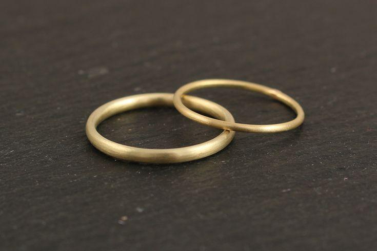 Eheringe – schmale schlichte Eheringe aus 585 Gelb…