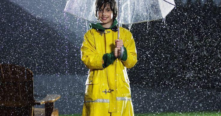 Cómo lavar con agua de lluvia. Lavar con agua de lluvia tiene muchos beneficios potenciales. El agua de lluvia no es sólo ecológica, sino que también es buena para la piel y el cabello. El agua que recoges después de una tormenta es suave; esta ayuda a que los jabones y champús hagan espuma mejor y deja menos residuos de jabón en tu piel. Puedes lavar con agua de lluvia con un ...