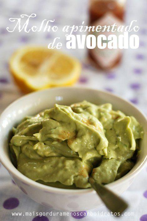 1 avocado, 1 colher de iogurte grego, 1/4 limão espremido, 1/2 dente de alho, 1 pitada de sal, tabasco