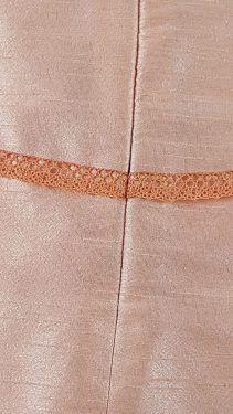Jupe en soie sauvage bordée de dentelle :  détail enforme dos