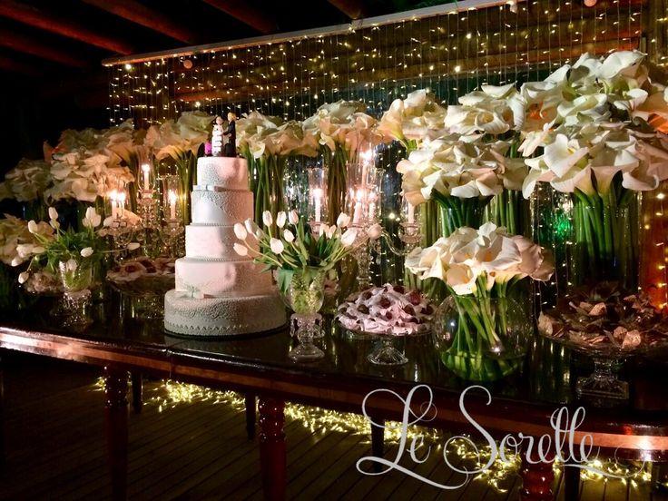Mesa de bolo e doces -  Copos de leite e tulipas - Projeto Le Sorelle Cerimonial e Decoração