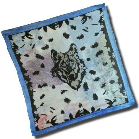Nádherná hodvábna šatka VLK s motívom dravého divokého zvieraťa. Šatka znázorňujúca  vlka dravého v jeho obvyklom prostredí. http://bit.ly/1msPxIm