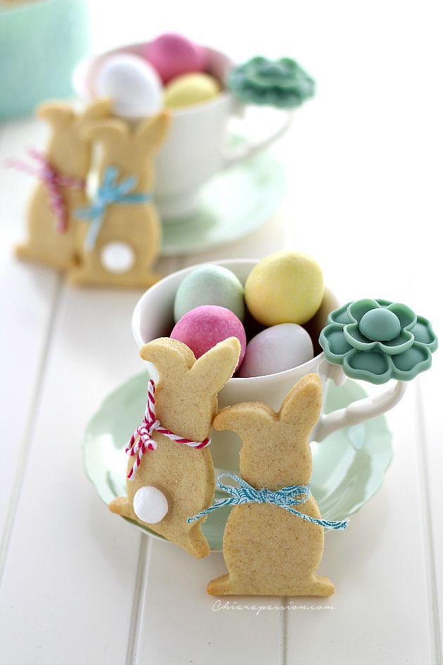 Per augurarvi una buona Pasqua ho preparato dei simpatici biscotti a forma di coniglietto. Carinissimi ed allegri saranno il regalo perfetto per i bimbi di casa e come chiudi pacco originale per le vostre amiche fashion. Una volta pronta la pasta frolla facile e veloce che trovate anche qui, cuoce