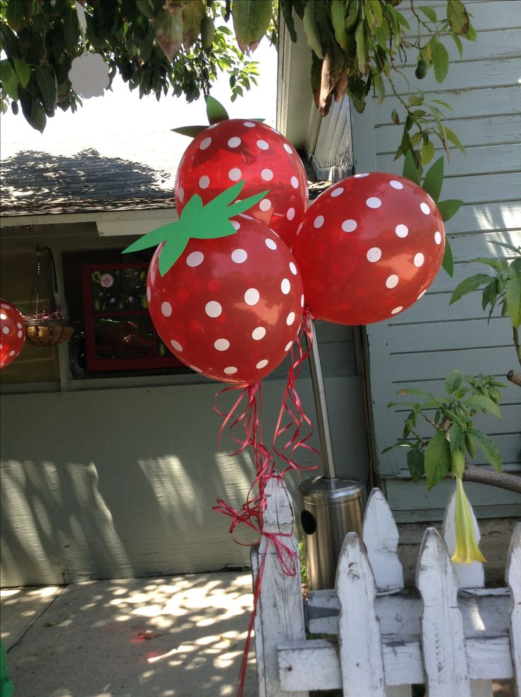 Strawberry balloons: polka dot balloons with cardstock paper stems: Fruit Balloon, Polka Dots Balloon, Strawberries Ballon, Gifts Ideas, Strawberries Parties, Diy Strawberries, Gardens Parties Ideas Kids, Strawberries Balloon, Parties Ideas Omg