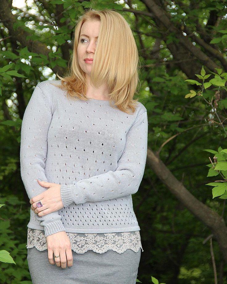 Серый свитер на весну или межсезонье, украшен роскошным  итальянским кружевом, в единственном экземпляре