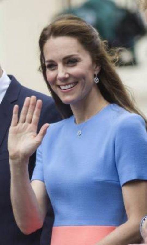 L'ultimo colpo di Kate Middleton arriva in occasione delle celebrazioni per i 90 anni della regina Elisabetta. La Duchessa ha sfoggiato una nuova mise da favola. Un look che però, nel Regno Unito, ha sollevato un'aspra polemica: i tabloid ingl...