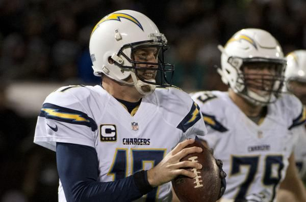 The Los Angeles Chargers bolstered both lines of scrimmage on Monday, re-signing offensive lineman Kenny Wiggins and defensive tackle Tenny…
