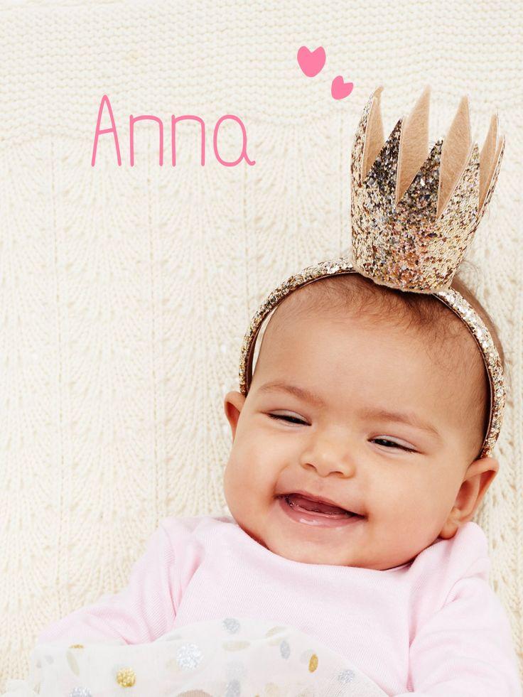 """Mädchen: 1. Anna""""Anna"""" ist die griechische Form vom Hebräischen """"Hannah"""". Der Name bedeutet """"die Begnadete"""", """"Gott war gnädig"""" oder auch """"Gottes Gnade""""."""