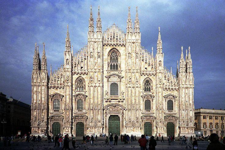 GOTYK: Katedra w Mediolanie (wł. Duomo St. Maria Nascente di Milano, w dialekcie lombardzkim - Dom de Milan) - fasada