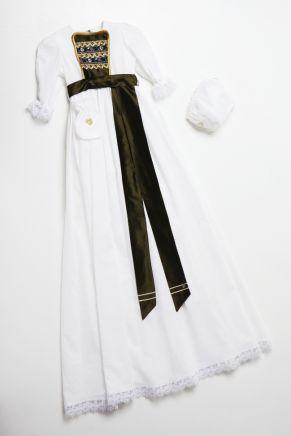 Dåpskjole Lotus kommer med gullblonde kombinert med lilla og olivenfarget. Standard hvit lue. Medfølger dåpssmekke, pomadur og løs krage.