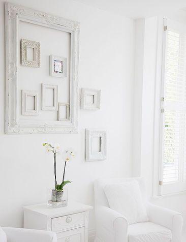 """GLIFO HOME DECOR/ Cornici bianche  Un arredamento total white in cui spiccano le cornici: di grande spessore e posizionate fuori e dentro una più grande """"cornice contenitore""""."""
