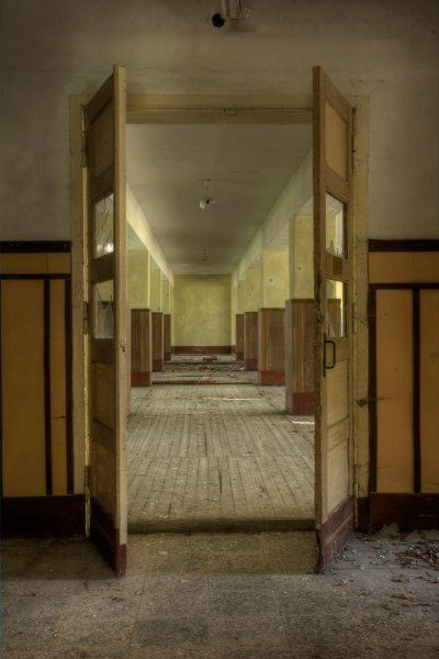 An empty mess hall, completely emptied of tables and life.    Jörg Rüger/sichtbarkeiten.de