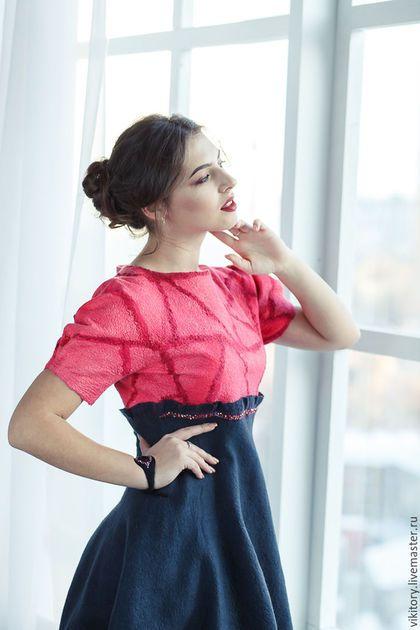Купить или заказать Платье 'Moulin Rouge' в интернет-магазине на Ярмарке Мастеров. Очень эффектное и вместе с этим нежное, женственное платье, в котором гармонично сочетались яркий коралловый с темно серым, графитовым цветом. Полностью цельное, без швов. Верх платья выполнен в технике нуновойлок из натурального шелка, что придет ему изумительный блеск и красоту. Расшит по верху юбки бисером цвета хамелеон, который мрцает и переливается на свету и создает дополнительный шарм этому плат...