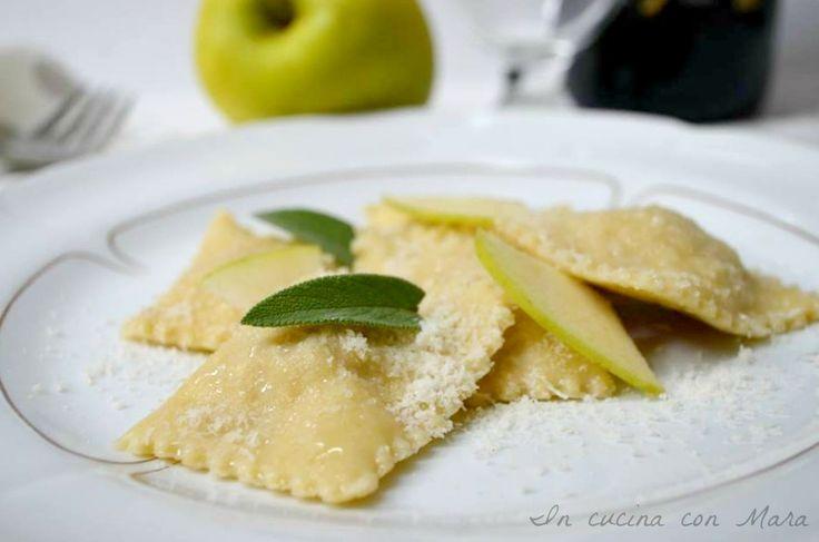 Ravioli alle mele, un ripieno ricercato e delicato a base di mele e prosciutto ed un semplice condimento di burro e salvia.