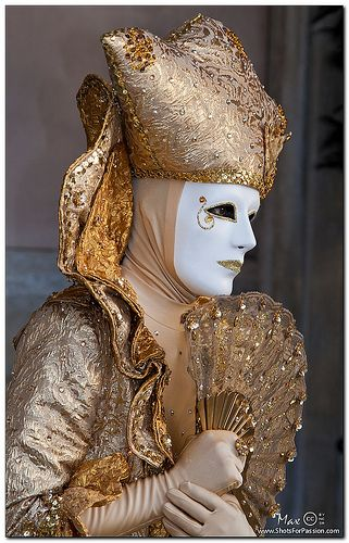 Venice, Carnival 2011: The gentle gold mask - The eyes and the cloth | Flickr: Intercambio de fotos