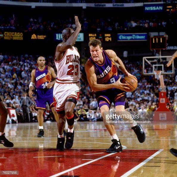 Fotografia de notícias : Dan Majerle of the Phoenix Suns drives to the...