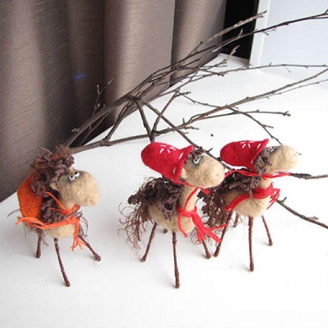 Жирафы в новогодних шапках из серии жирафов сибирских #жираф #ручнаяработа #любодорого #игрушка #giraffe #toy #handmade #luboidorogo #felting