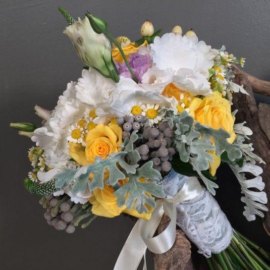 Νυφικό μπουκέτο (Ανθοδέσμη) γάμου από λευκή ορτανσία, κίτρινα τριαντάφυλλα, κρασπέντια, χαμομήλι, λιλά λυσίανθο, βερόνικες, υπέρικουμ, silver brunia και dusty miller.Το δέσιμο είναι από δαντέλα και λευκή σατέν κορδέλα.Η πρόταση είναι ενδεικτική του NEDAshop.gr και μπορεί να τροποποιηθεί όπως εσείς θέλετε. http://nedashop.gr/gamos/nifikh-anthodesmh/ortansia-loyloydia-agroy