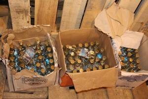 В Тамбове изъяли 8600 бутылок контрафактного алкоголя.  В Тамбове сотрудники регионального УМВД выявили факт поставки и реализации контрафактного алкоголя. Полицейские в гаражном кооперативе задержали четверых жителей Тамбова и жителя Воронежа. Их подозревают в поставке и распространении алкоголя с признаками контрафакта. Во время досмотра восьми гаражей и машины изъяли 8600 бутылок фальсифицированного алкоголя и 800 литров этилового спирта. Часть обнаруженной алкогольной продукции отправили…
