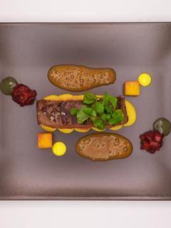 Gegrillte Lammhüfte mit Ofenspargel und Erdnüssen | Rezept für Profis