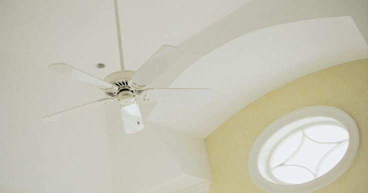 """Como resetar o controle remoto do ventilador de teto. O controle remoto do ventilador de teto é um pequeno transmissor que envia um sinal para o ventilador e assim controla suas funções. Para que o funcionamento seja perfeito, ventilador e controle têm que estar na mesma frequência, seja ele o controle próprio do aparelho ou um controle """"universal"""". Este simples procedimento fará com que o ar volte a ..."""