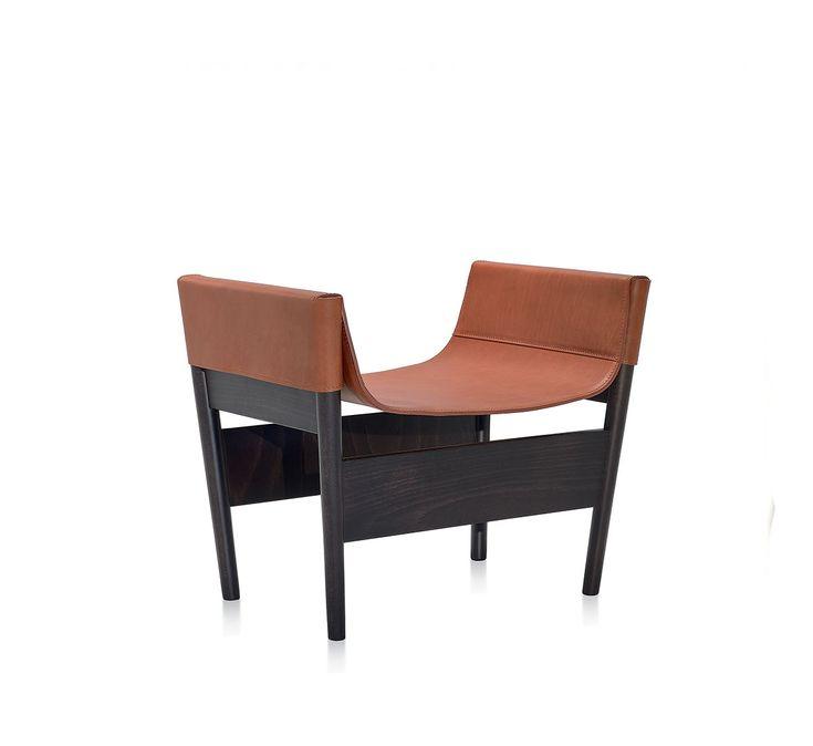 Poltrona con struttura in faggio. Seduta, schienale e braccioli autoportanti in cuoio. Disponibile con cuscini di seduta e poggiareni in pelle.