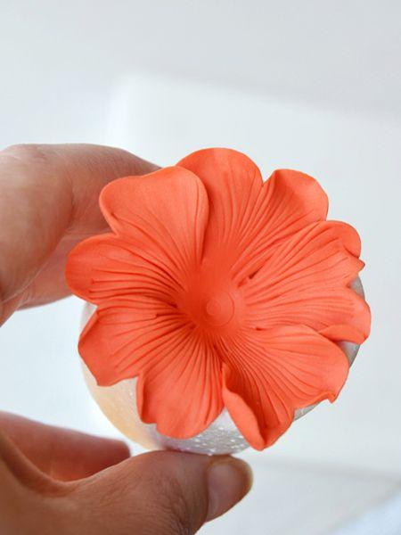Cupcakes a diario: Tutorial para hacer mini hibiscus y la historia de mi cortador imprescindible