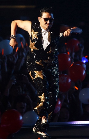 """PSY's passionate energy is attracting global fans - If there is a prize to win for 'bewitching' the world, Korea will likely be a frontrunner for 2012. It is because of a 35-year-old chubby Korean man, whose song overturned stereotypes and skyrocketed to fame in the global music industry. That is the story of PSY's """"Gangnam Style,"""" with its music video continuing to break world records by being clicked more than 300 million times on YouTube and reaching the top of the UK singles chart."""