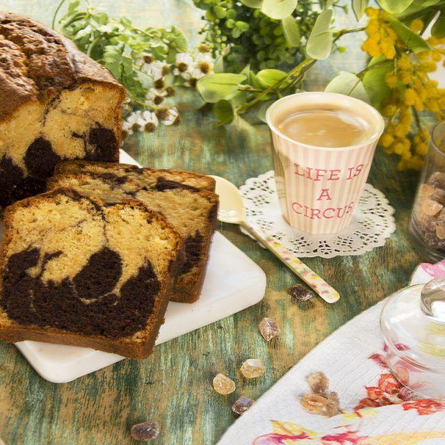 """El """"Bizcocho marmolado de chocolate y Baileys"""" es un dulce para acompañar desayunos y meriendas con una taza humeante de té, chocolate o café con leche y cerrar los ojos disfrutando cada segundo de ese momento delicioso. Como todas las recetas que aparecen aquí, es muy sencilla de elaborar y lo podéis hacer en muy …"""