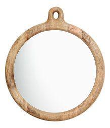 En rund spegel med ram i trä. Spegeln har hängare upptill. Spegelns diameter 25 cm, ramens diameter ca 30 cm.